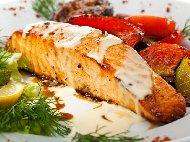 Филе от риба сьомга с кожа на тиган, овкусена със зехтин, сол и пипер и медено горчичен сос с бяло вино и розмарин
